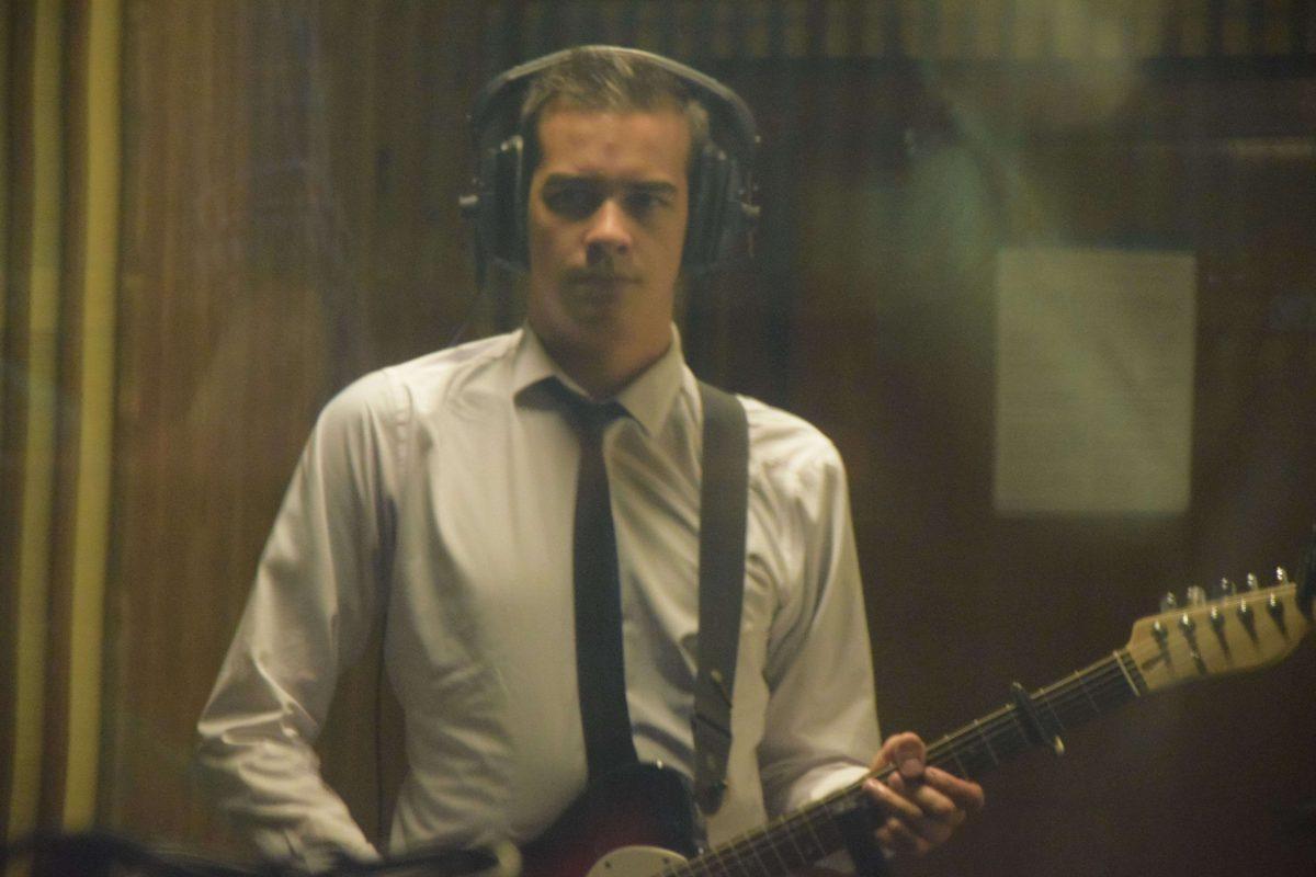 Juan, chanteur, derrière la vitre, enregistre au Funkhaus Studio