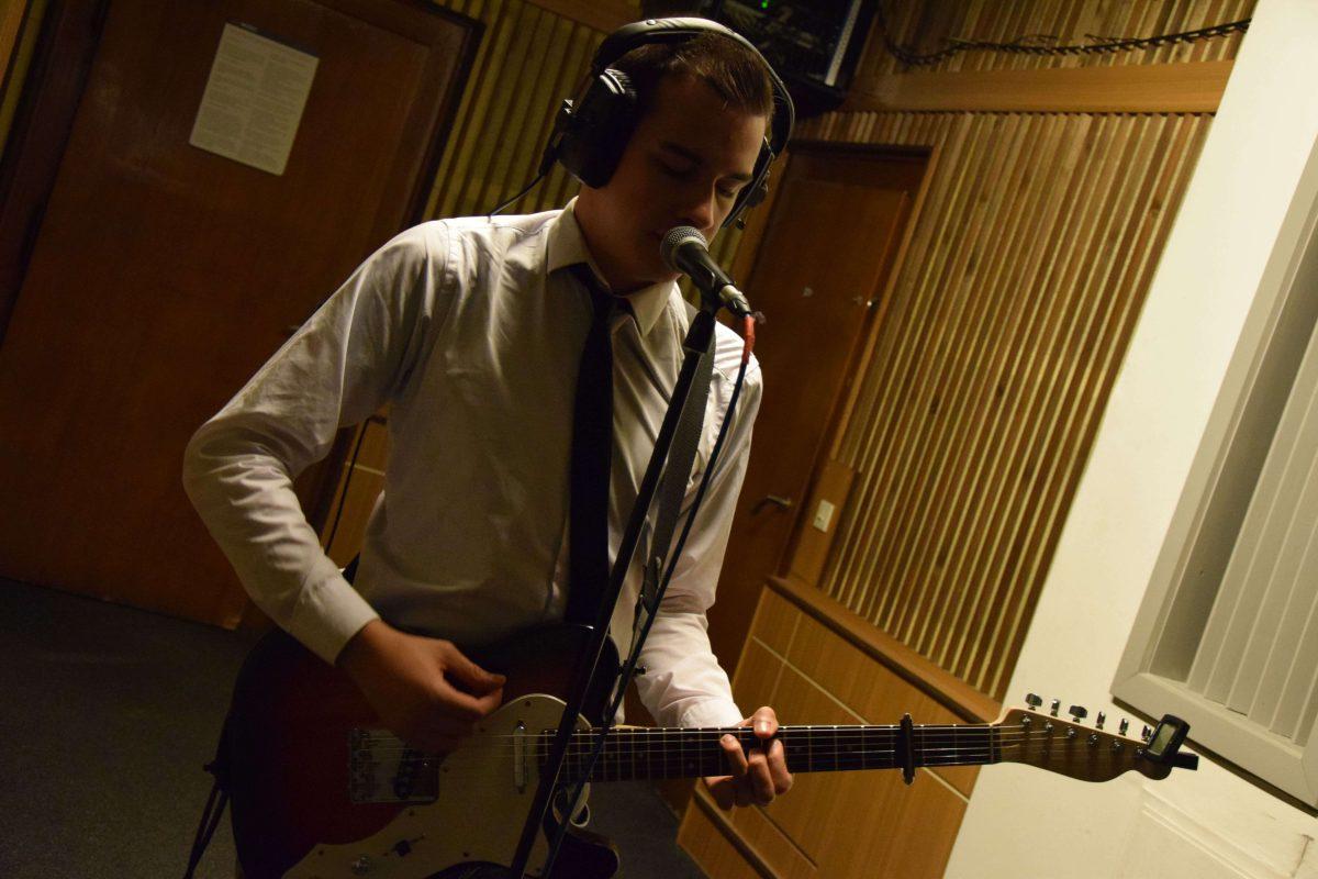 Juan, au chant et lead guitare, enregistre au Funkhaus Studio