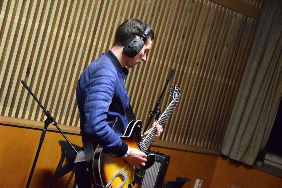 Quentin à la guitare